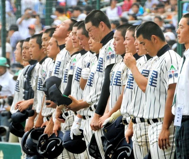 仙台育英に敗れ、ベンチ前に整列して相手校歌を聞く開星の選手たち=2010年8月11日