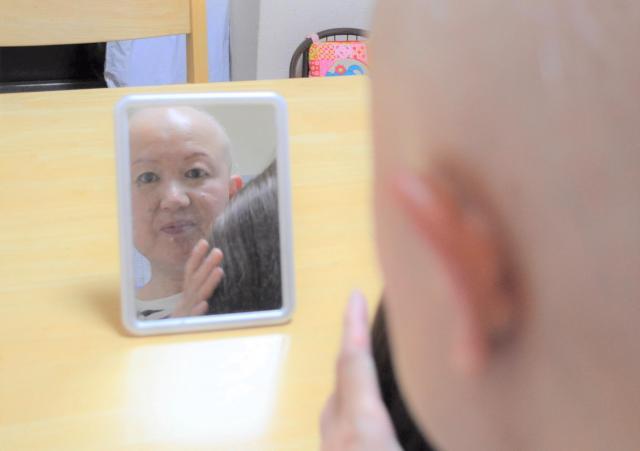 毎朝、鏡を見ながらカツラをつけます