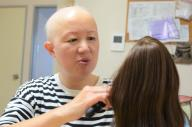 円形脱毛症の武田信子さん。人に会うときはカツラが欠かせないと言います