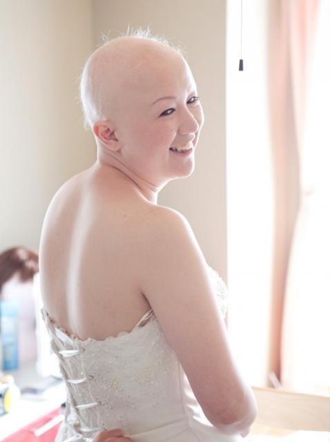 2011年、結婚式の日。自宅でウェディングドレス姿になり、式場に向かいました=武田さん提供