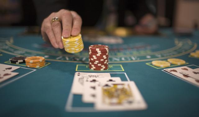 マカオにはカジノ施設が立ち並ぶ=ロイター