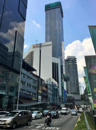 マレーシアの首都クアラルンプールの中心部。金正男氏が殺害される1週間前に利用したホテルや飲食店が並ぶ=乗京真知撮影