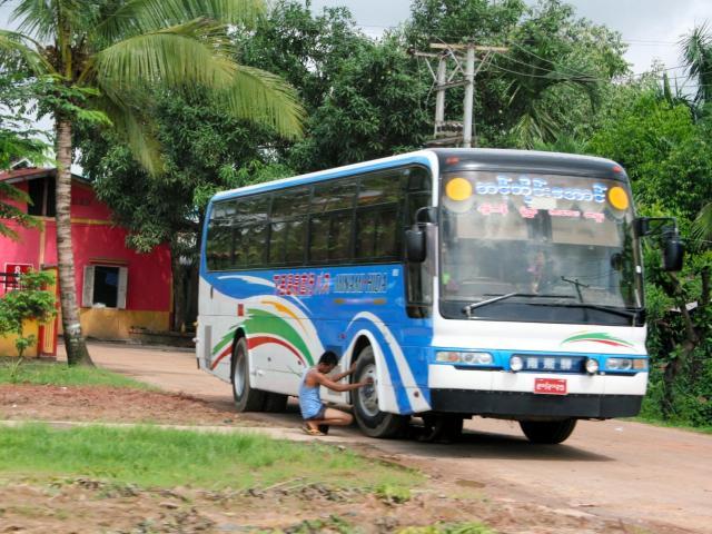 ミャンマーのヤンゴン市内を走る「下呂温泉直行バス」=2013年