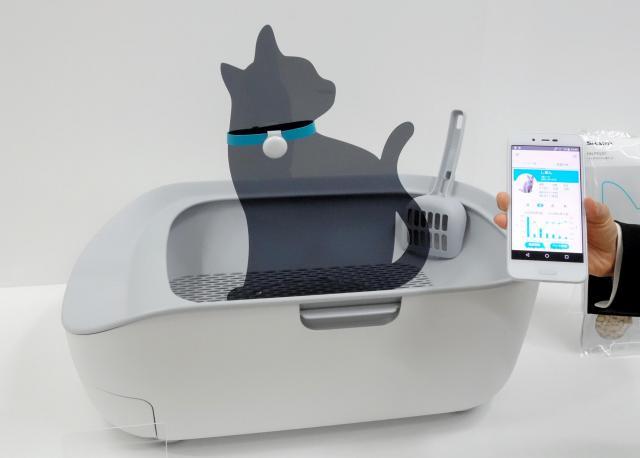 尿量などを測定し、スマートフォンで確認できるネコ用のトイレ=2018年、東京都港区