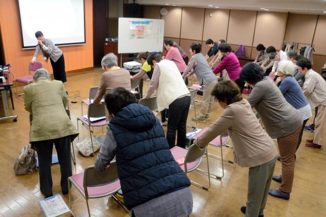 尿漏れを改善する体操=2018年、東京都板橋区