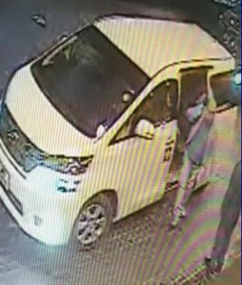 殺害される前日、車から降りる金正男氏(右)。普段とは違う車を利用していた=関係者提供