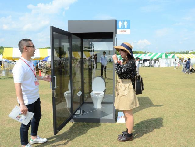 トイレのことが頭から離れない。シースルーのトイレ=大阪府吹田市