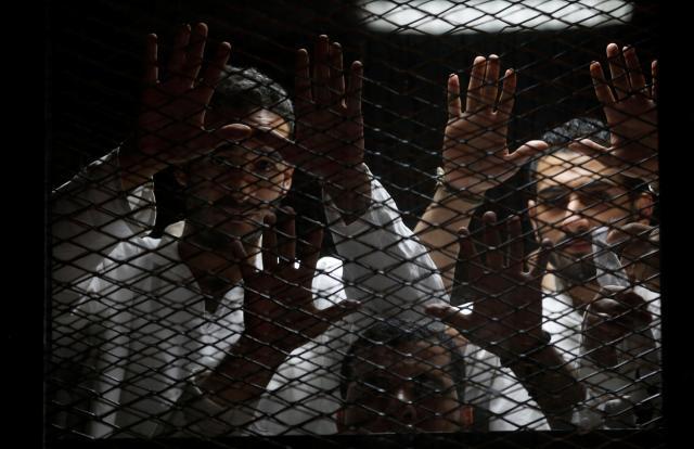 エジプトの首都カイロ近郊の裁判所で審理を受ける記者ら=2016年6月4日