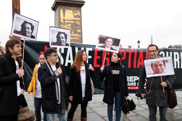 エジプトのシーシ大統領がパリを訪問するのにあわせ、報道の制限や記者の拘束に抗議する「国境なき記者団」のメンバー=2017年10月24日