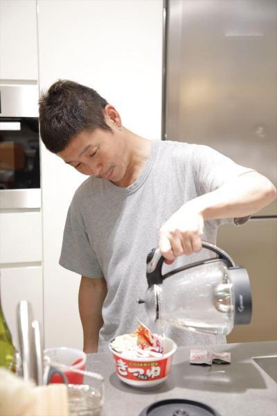 カップ麺を作る前澤社長
