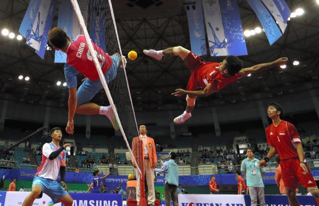 2014年、韓国・仁川であったアジア大会のセパタクロー男子団体中国―インドネシア。2メートル近くの跳躍で空中戦が繰り広げられた=矢木隆晴撮影