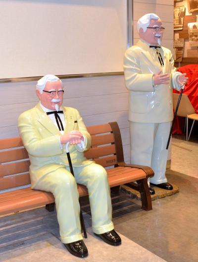 ベンチに腰掛けている新しいカーネル像=東京都文京区にあるケンタッキーフライドチキンの「東京ドームシティ ラクーア店」