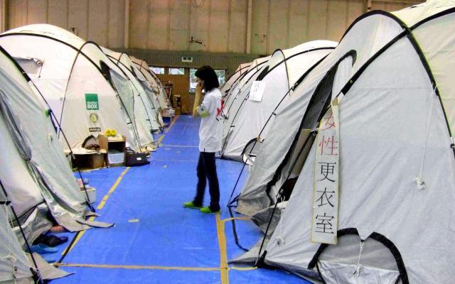 東日本大震災時に避難所の女性らの声で生まれた「女性更衣室」=2011年7月7日、宮城県気仙沼市