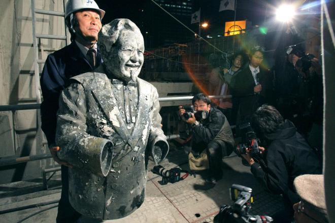 道頓堀川から見つかったカーネル・サンダース像=2009年3月10日夜、大阪市中央区、高橋正徳撮影