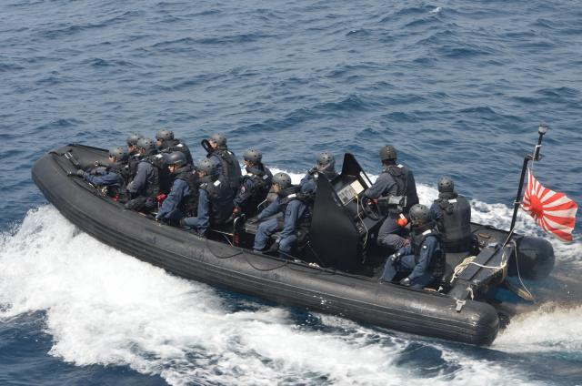 船舶検査訓練で複合型作業艇(RHIB)に乗り容疑船に向かう立入検査隊=7月25日午前、房総半島沖