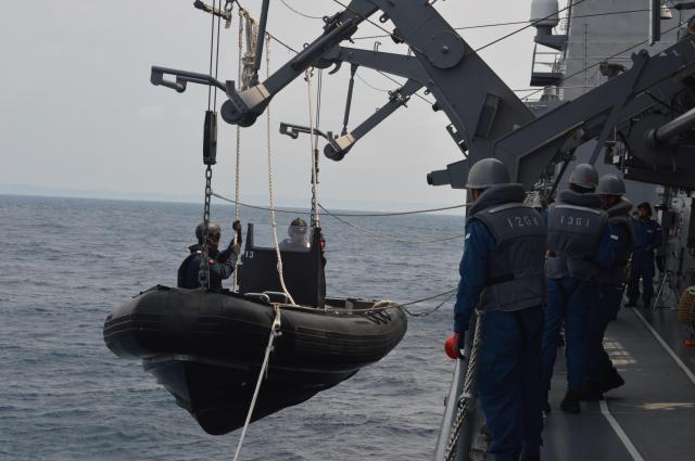 船舶検査訓練で容疑船へ向かう立入検査隊が乗る複合型作業艇(RHIB)を海面へ降ろす=7月25日午前、房総半島沖の海自護衛艦「むらさめ」艦上