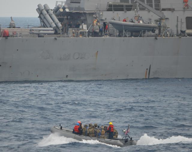 日本側に次いで米国側も訓練。米海軍のボートに米沿岸警備隊の乗船チームが乗って船舶検査に向かった。後の船は母艦の米海軍ミサイル駆逐艦「ミリウス」=7月25日午前、房総半島沖