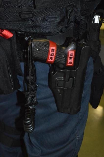 船舶検査の「立入検査隊」隊員らに配られた9ミリ拳銃の模擬銃=7月25日午前、浦賀水道を南進中の海自護衛艦「むらさめ」艦内