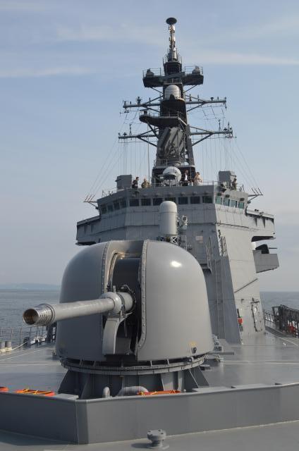 船舶検査訓練の取材で報道陣が乗った海自護衛艦「むらさめ」=7月25日午前、浦賀水道