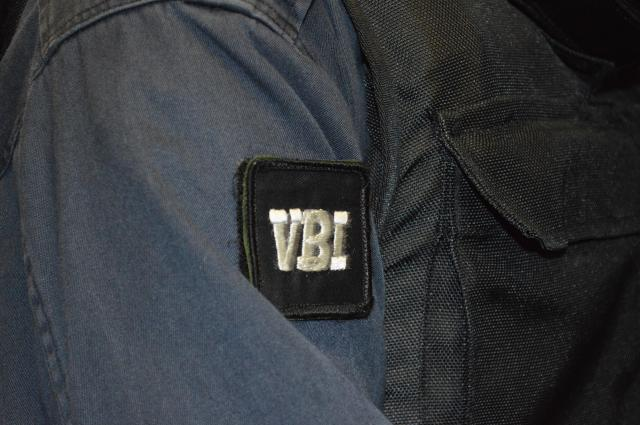 防弾チョッキを着た立入検査隊の隊員の肩のワッペンに、立入検査を意味するVBI(Visit Boarding Inspection)=7月25日午前、護衛艦「むらさめ」艦内