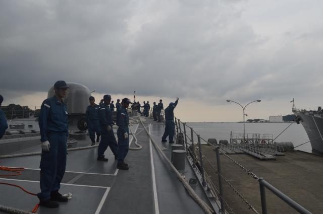 横須賀への入港作業が一段落した護衛艦「むらさめ」の乗員ら=7月25日午後、神奈川県横須賀市