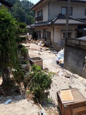 埋まった路地。まずこの土砂を撤去しなければ入れない家もある=7月19日