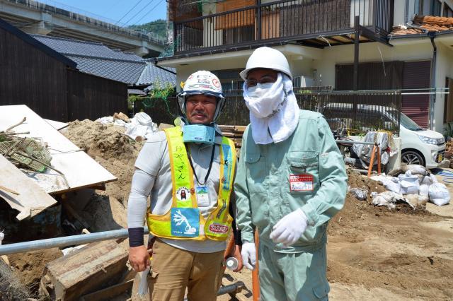熊本地震以来、九州北部豪雨、大阪地震、そして今回と、大災害があれば24時間以内に行くという「おやっさん」(左)は、災害現場では知られる存在だ