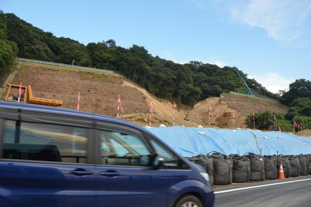 JRや国道をふさいだ土砂崩れ現場。国道は迂回路をつくって何とか通れるようにしたが、朝夕の混雑は大変だ
