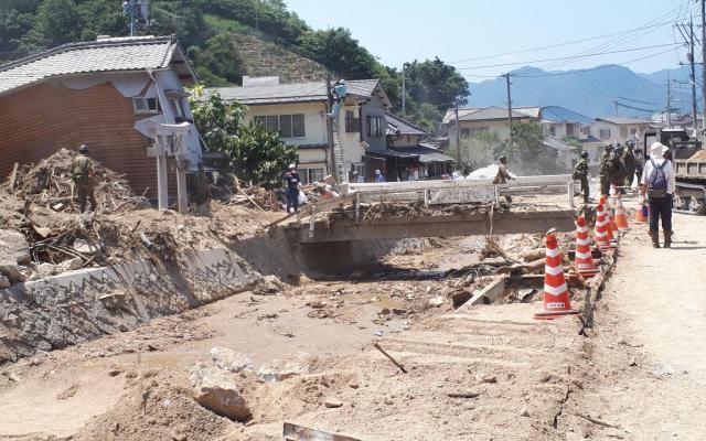 氾濫した天地川。土石流に流されたとみられる女性1人が見つかっていない