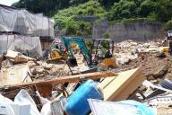 熊本地震で被災した南阿蘇村の「おやっさん」は、自前の重機で作業。台風に備えて、土砂で埋まった川すじを少しでも広げようとしていた=7月27日午後、広島県坂町小屋浦4丁目