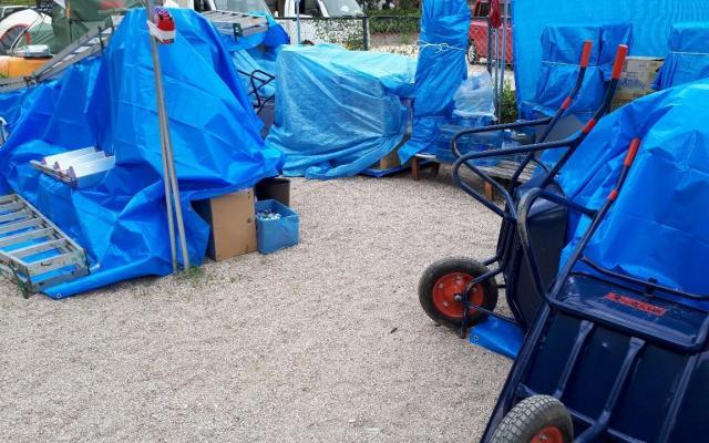 台風に備えて、サテライトのテントも天幕を外し、資機材にブルーシートをかけた。大勢のボランティアが来る日曜日に台風が重なったことを住民たちも残念がった
