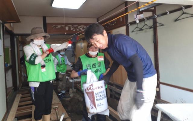4年前の豪雨災害の遺族も「恩返し」でボランティアに参加した。「あのときと土砂の臭いは同じ」と話していた