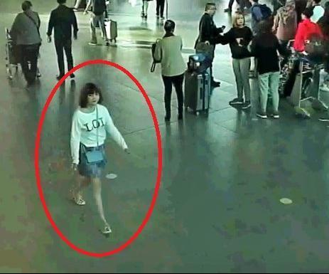 金正男氏が襲われた出発ホールから、足早に去る女の映像=関係者提供