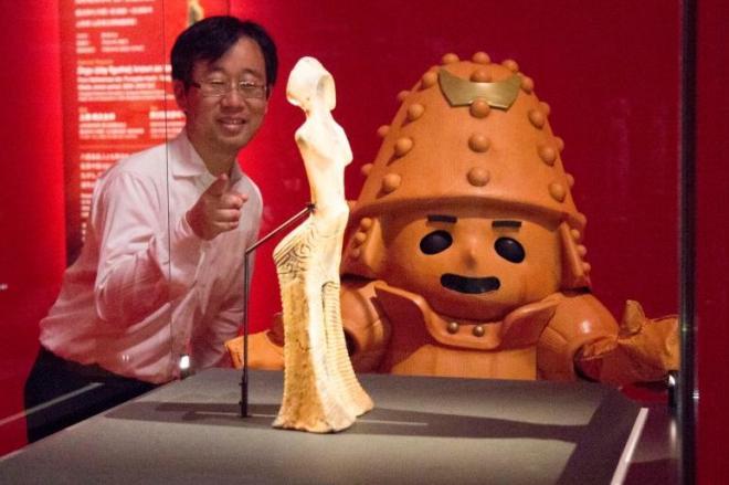 どぐうせんぱいと対面するはに丸くん。解説するのは東京国立博物館で考古学を研究する、河野正訓さん