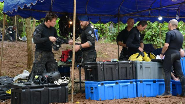 タイ海軍の特殊部隊は、洞窟での救出経験はなかった。各国から精鋭ダイバーが集まった。これは、オーストラリアの連邦警察のダイバーチーム