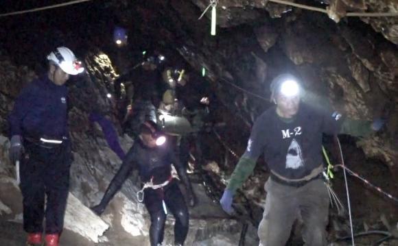 洞窟の多くは水に満たされ、真っ暗。鍾乳洞もあり、地形も複雑。さまざまな要因が救助の行く手を阻んでいた