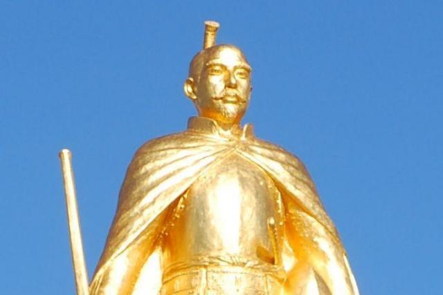 JR岐阜駅前に立つ金ピカの信長像
