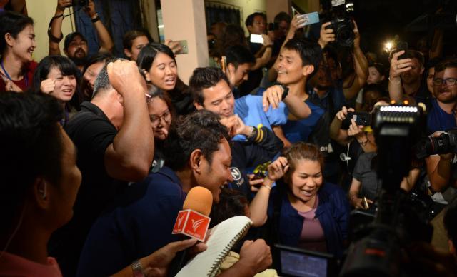全員が無事救出され、大喜びするタイメディアの記者たち。こちらは締め切りが迫り、「やかましい……」と一瞬は思ったが、笑い声や歌声を聴いていると、しんみりと「本当に助かってよかった」と思えた=7月10日、タイ北部チェンライ郊外