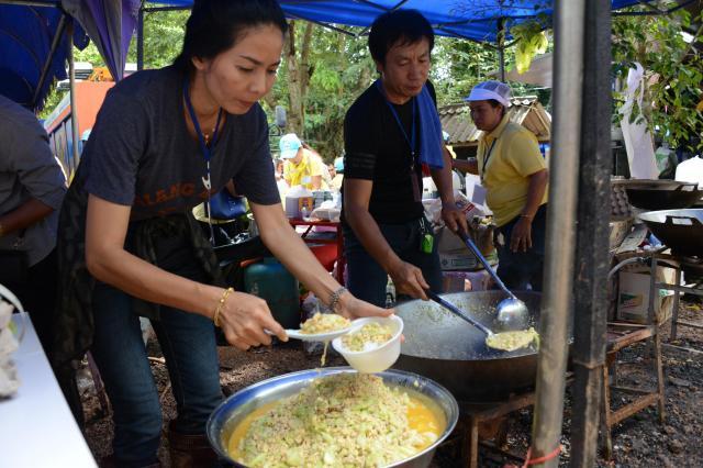 洞窟の入り口付近には、多くのテントが並び、タイ風チャーハン、オムレツ、麺類までいろいろな炊き出しが並んだ