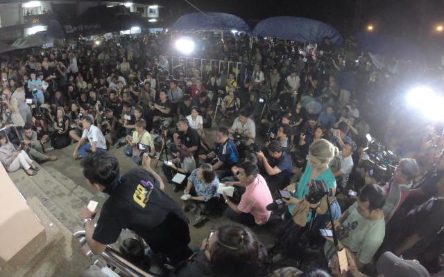 7月10日夜、少年ら全員救出の記者会見を待つ報道陣。タイでは見たこともないくらいの記者、カメラが並んだ