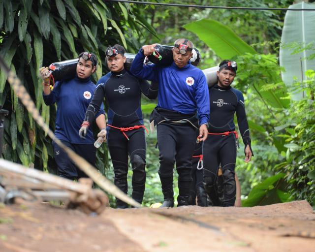 洞窟入り口付近はひっきりなしにダイバーが行き交う。元特殊部隊員でも亡くなった。本当に過酷な任務だった