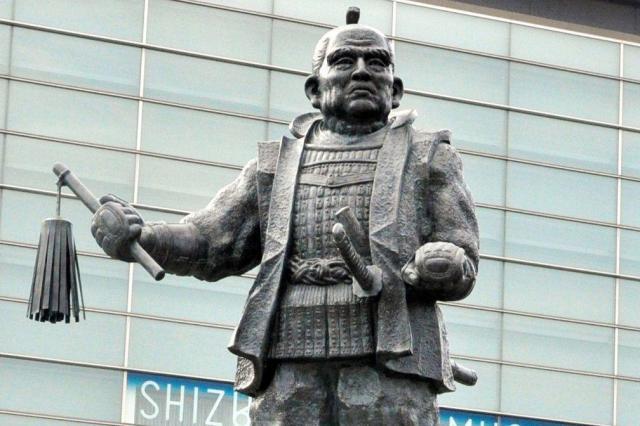 徳川家康の壮年時代を表現した銅像=静岡市葵区のJR静岡駅北口