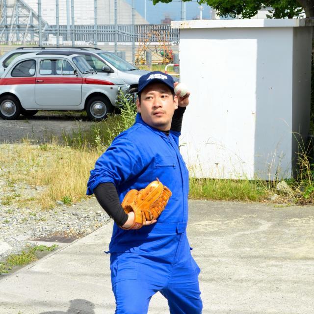 左投げでキャッチボールをする飯野祐平整備士=兵庫県伊丹市