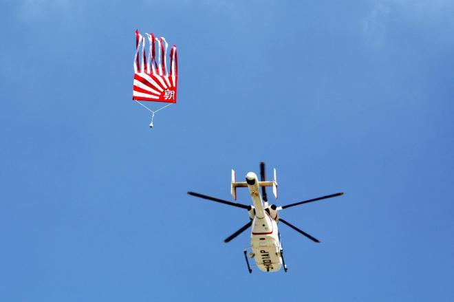 ボールを投下するヘリコプター=阪神甲子園球場