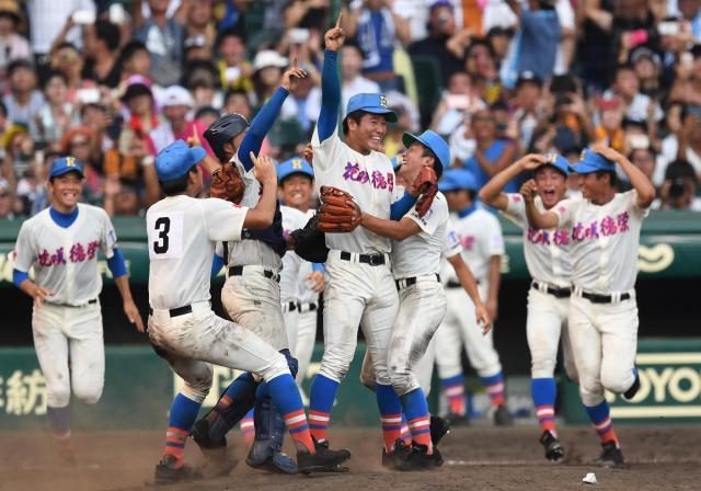 優勝を決め、マウンド付近で抱き合って喜ぶ花咲徳栄の選手たち=2017年8月23日、阪神甲子園球場、小林一茂撮影