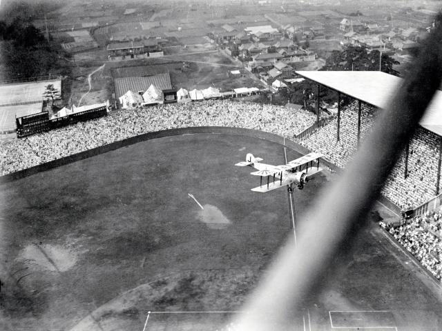 1931年の第17回全国中等学校優勝野球大会の開会式で、始球式用のボールを投下する朝日新聞社機サルムソン2A2型。飛行機の左下にリボンをつけて落下するボールが見える