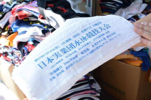 糸秀タオル部として実業団の水泳大会に出場する岡本さん。自身の出場を記念したタオルを作った=岐阜市
