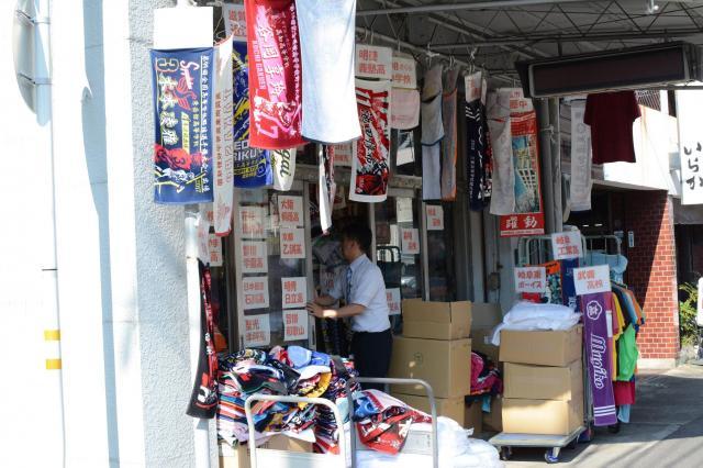タオル製造卸の「糸秀」。店先に制作したタオルが並ぶ=岐阜市