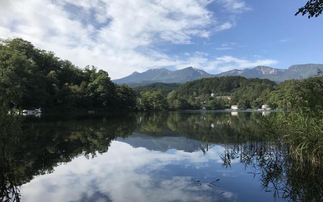 松原湖の奥には八ケ岳