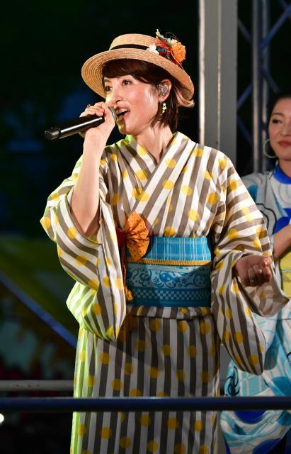 「ダンシング・ヒーロー」を熱唱する荻野目洋子さん=2018年7月29日、愛知県一宮市、戸村登撮影